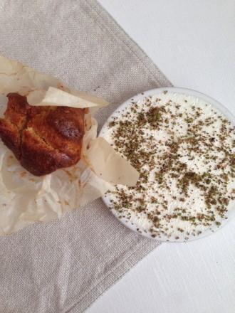 Brioche à la farine d'épeautre de Warbrokvarn avec fromage frais maison et baies de genièvre verte
